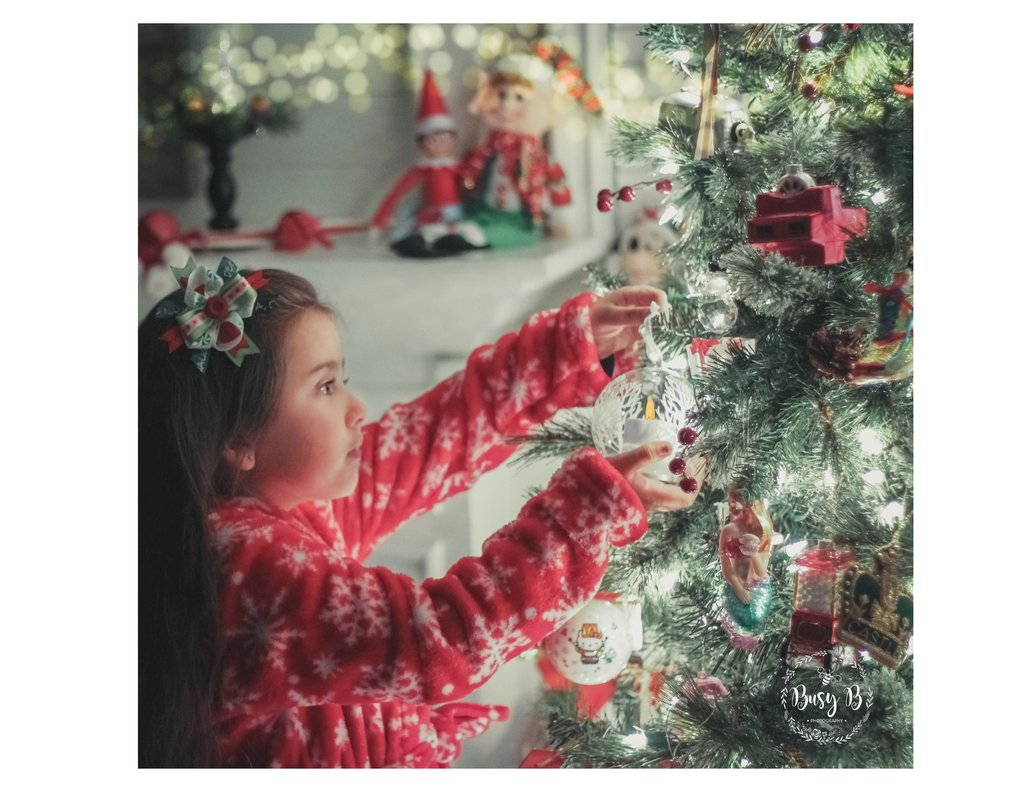 chica junto al arbol de navidad