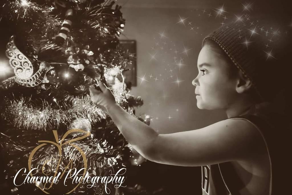Foto de niña decorando el árbol de Navidad
