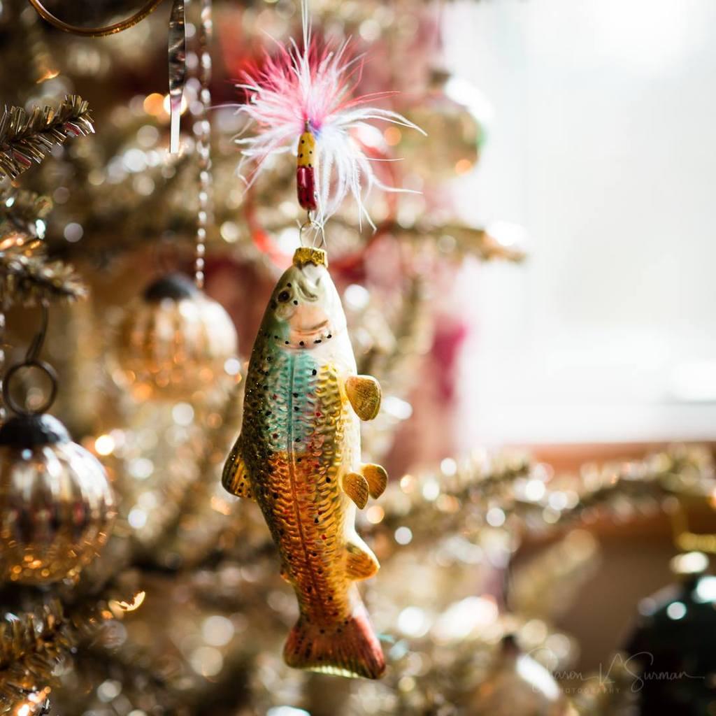 Foto de adorno de peces en el árbol de Navidad