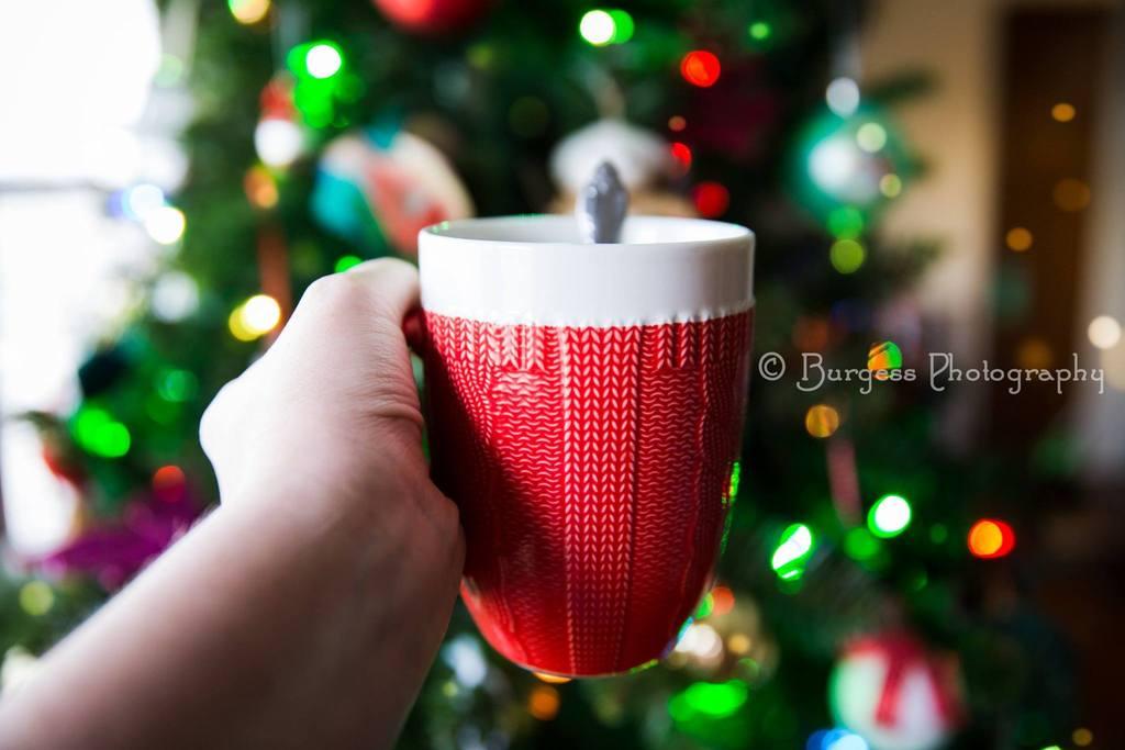 Imagen de la taza de vacaciones delante del árbol de Navidad