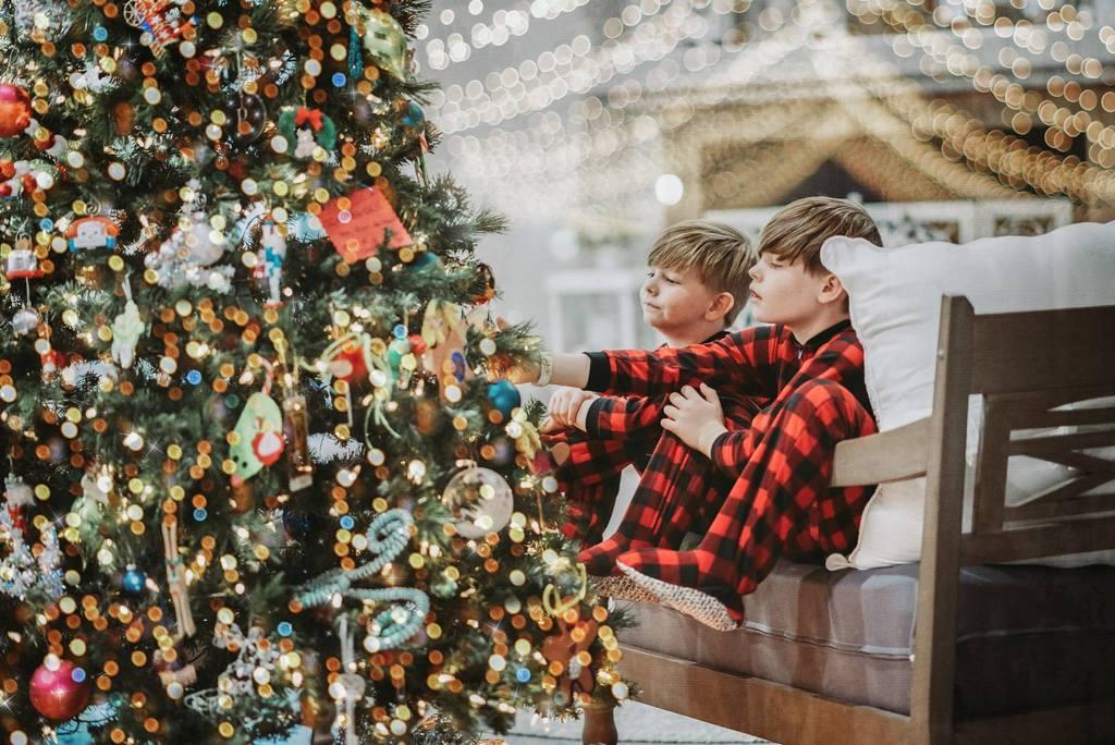Foto de niños mirando el árbol de Navidad