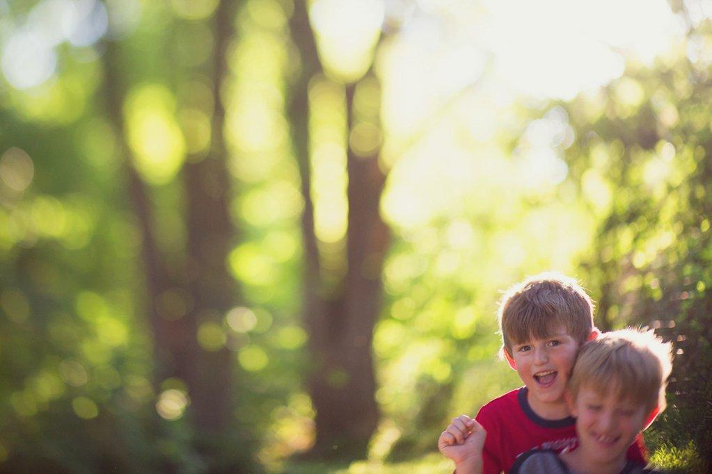 Foto de lente libre de hermanos jugando afuera