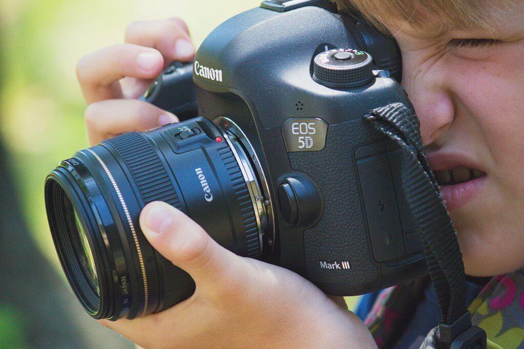Cómo sujetar la cámara mientras se utiliza la lente libre