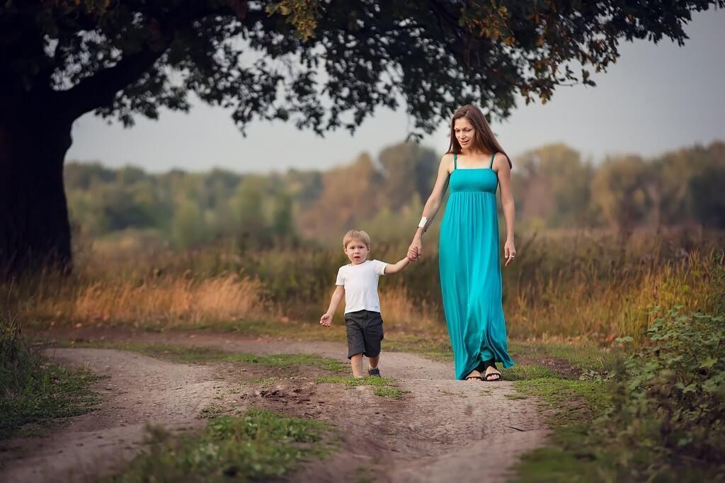 Imagen en perspectiva de madre e hijo