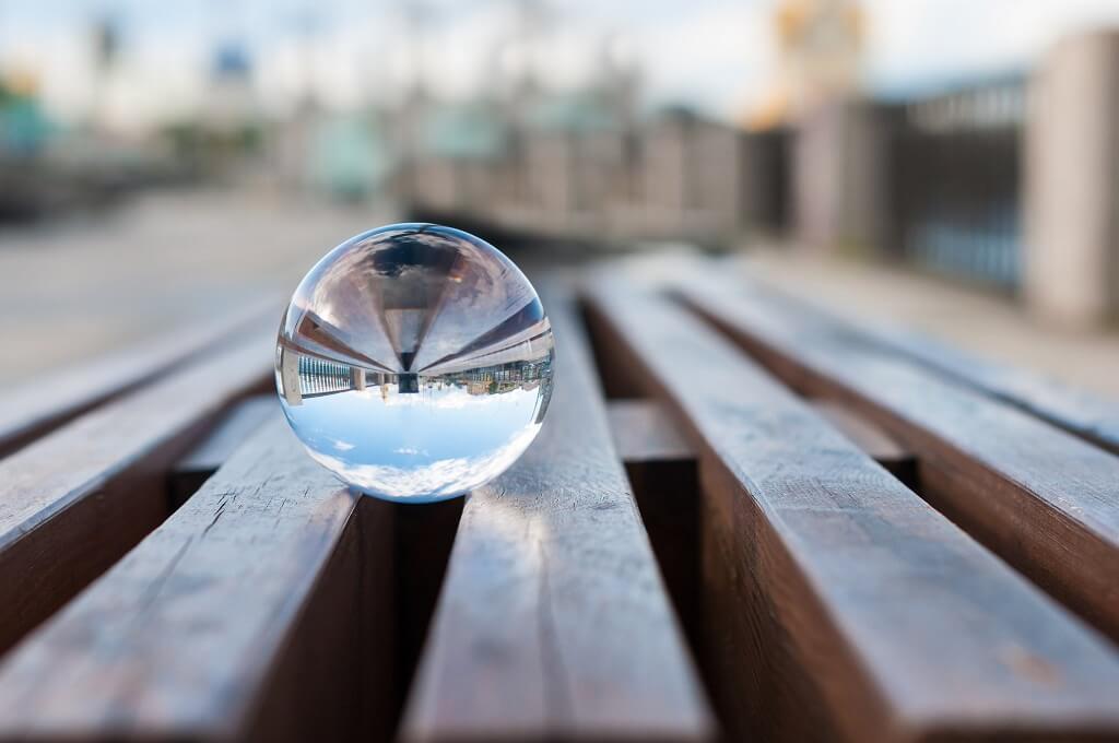 Fotos en perspectiva - Imagen de una bola de cristal con un reflejo