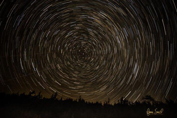 Foto nocturna de estrellas tomada con exposición prolongada