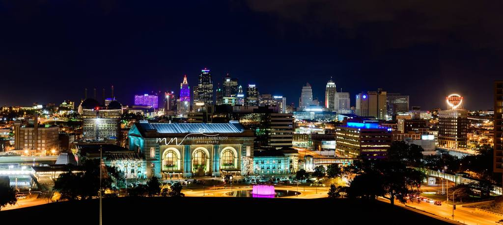 Foto nocturna del horizonte de la ciudad