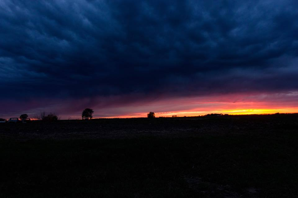 Foto nocturna de espesas nubes colgando sobre un campo