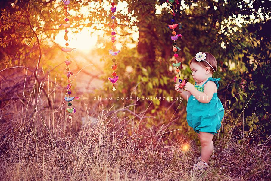 Foto retroiluminada de una niña de 1 año
