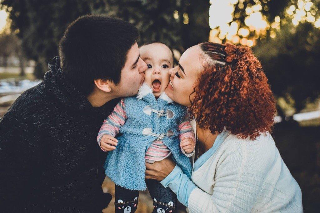 Las mejores fotos de 2019 - Padres besando a su hijo