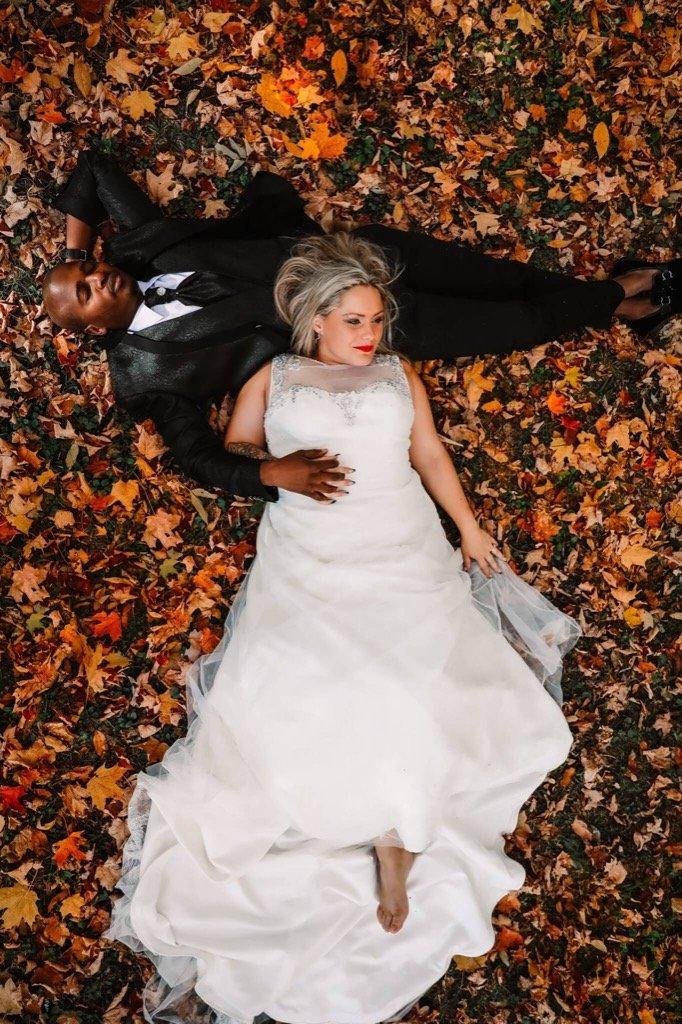 mejores fotos 2019 - novios tumbados en hojas de otoño