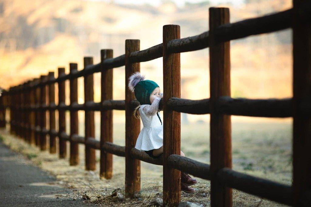 foto favorita de 2019 - niña sentada en la cerca