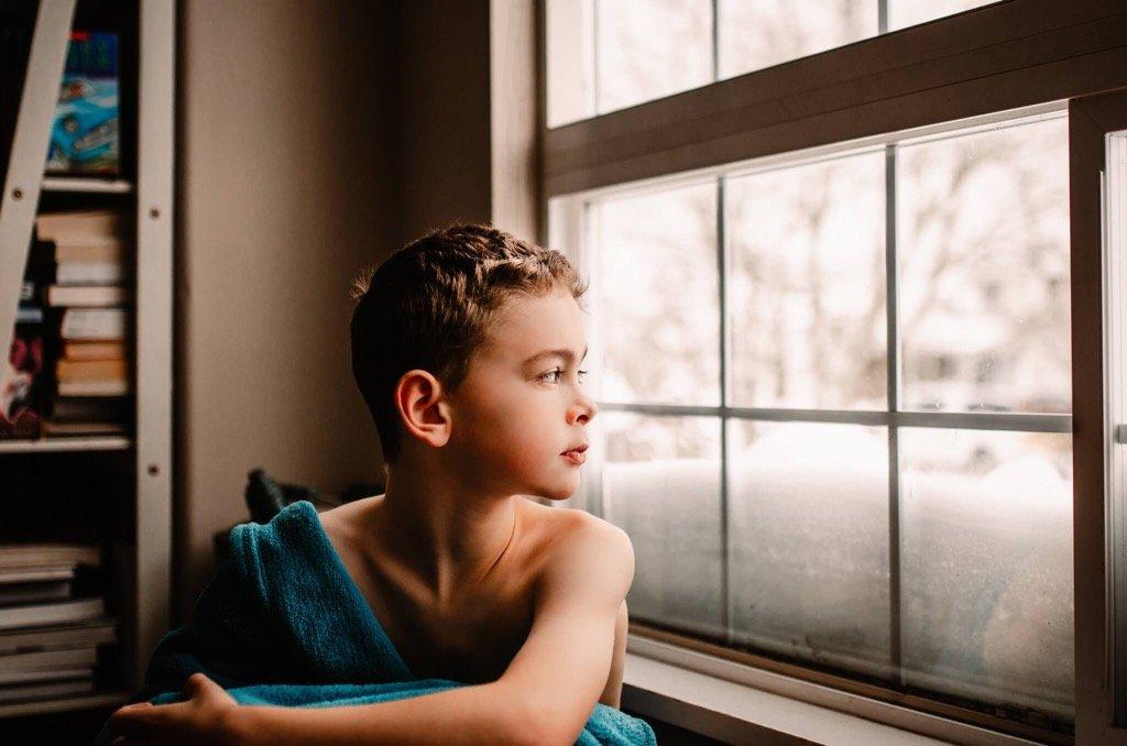 foto favorita de 2019 - Niño mirando por la ventana
