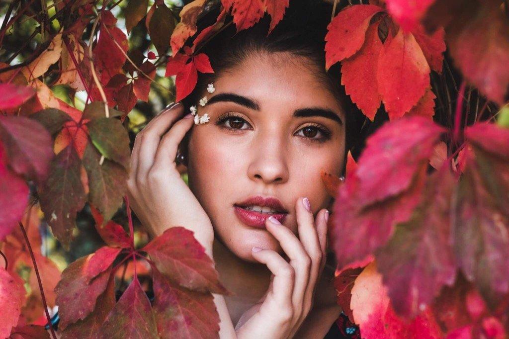 mejor foto 2019 - Mujer en hojas de otoño