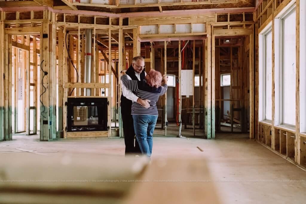 Las mejores fotos de 2019 - Marido y mujer bailando en casa nueva