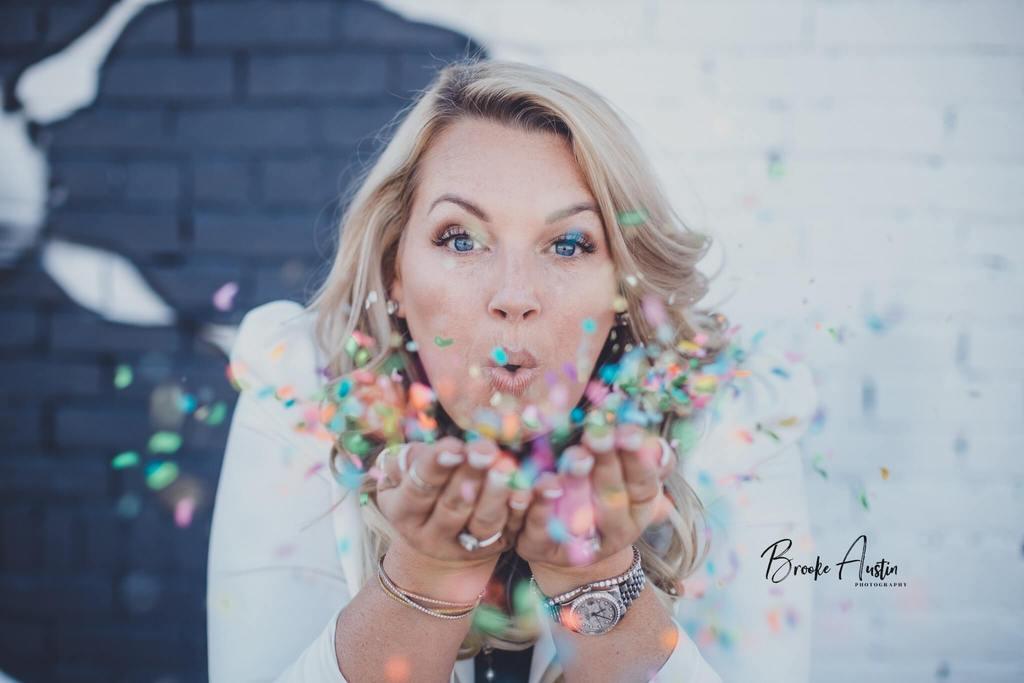 Fotos favoritas de 2019 - Mujer soplando confeti