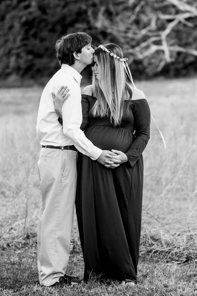 Foto de familia del marido besando la frente de la mujer