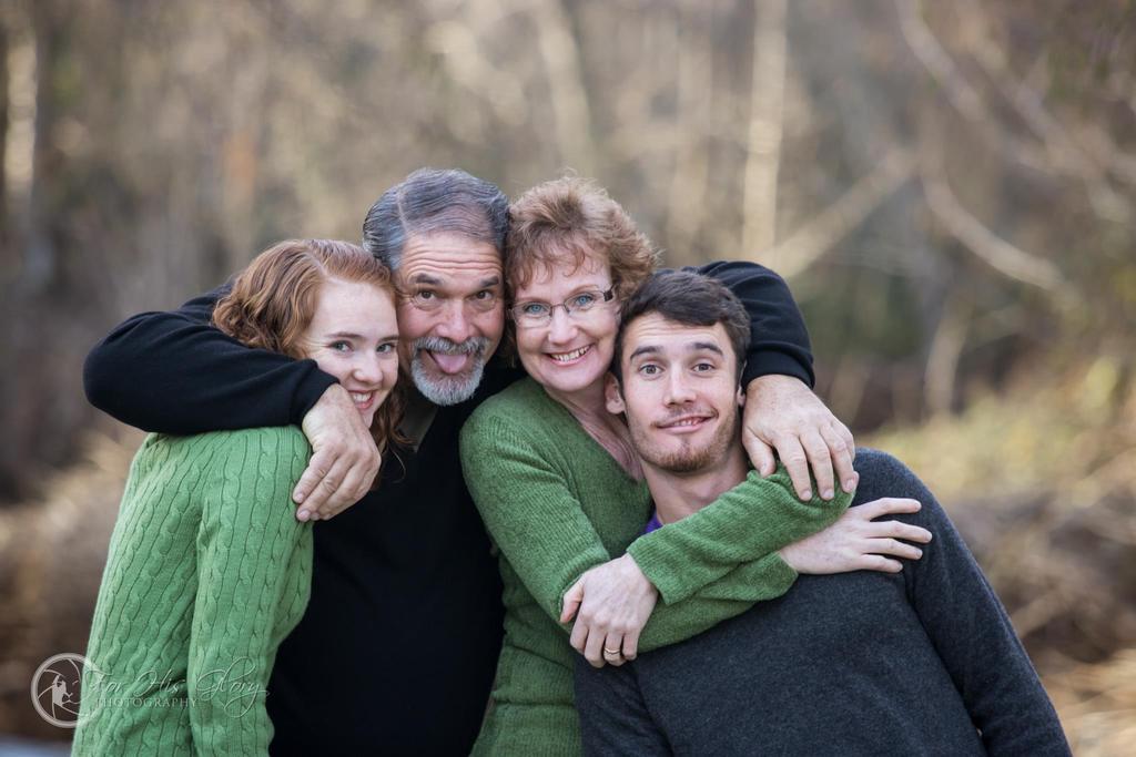 Familia abrazándose por foto familiar