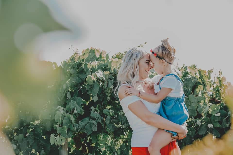 Foto de familia abrazo de madre e hija