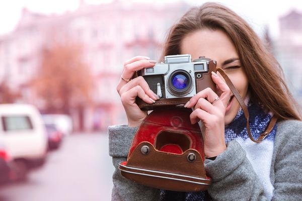Cómo sostener una cámara correctamente (para lograr fotos más nítidas)