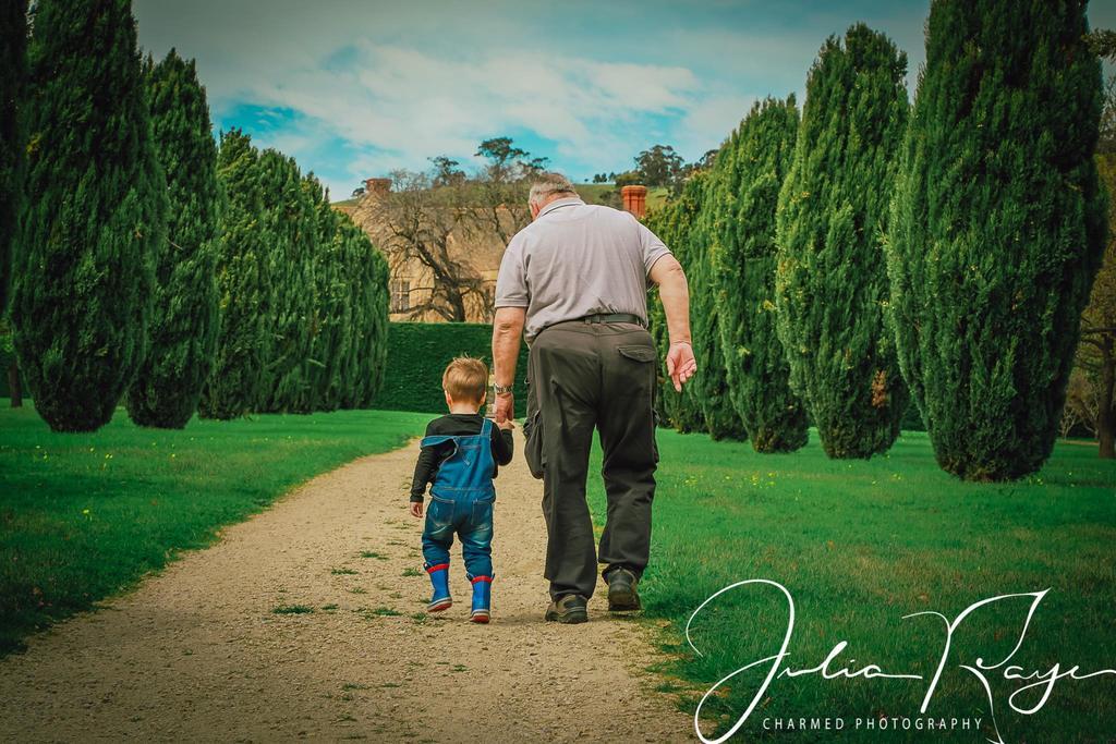 Las mejores fotos de 2018: abuelo y nieto caminando juntos
