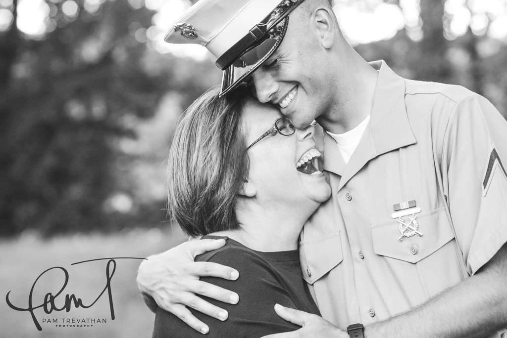 Las mejores fotos de 2018 - Hijo abrazando a mamá y riendo