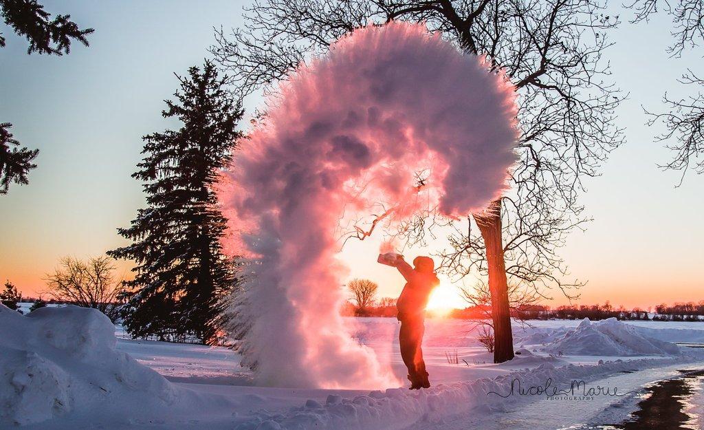 Las mejores fotos de 2018: niño jugando en la nieve