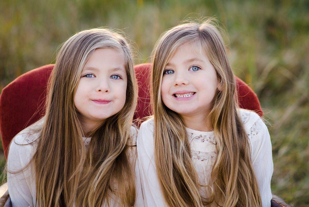 Las mejores fotos de 2018 - Dos hermanas sonriendo al fotógrafo