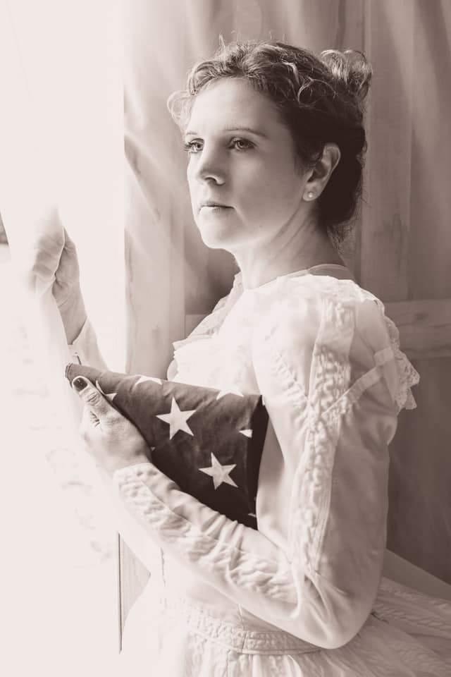 Top Photos 2018 - Mujer sosteniendo la bandera estadounidense