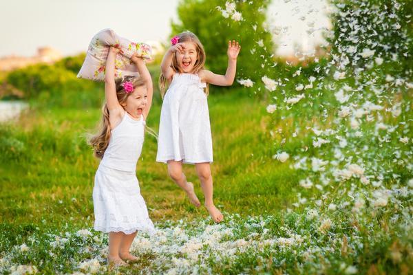 Posar a los niños para las fotos (MÁS una guía de poses gratis)