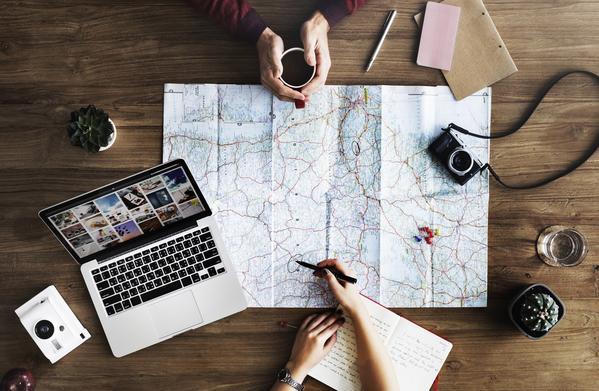 Cómo viajar con equipo de cámara (4 consejos importantes)