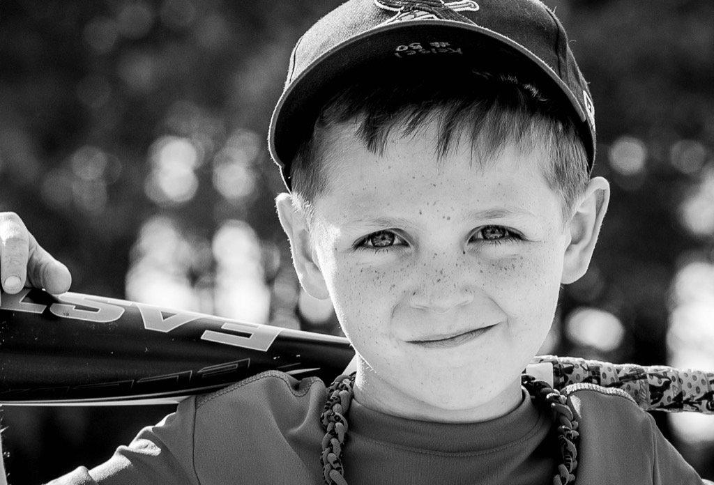 Fotografía en blanco y negro del joven jugador de béisbol