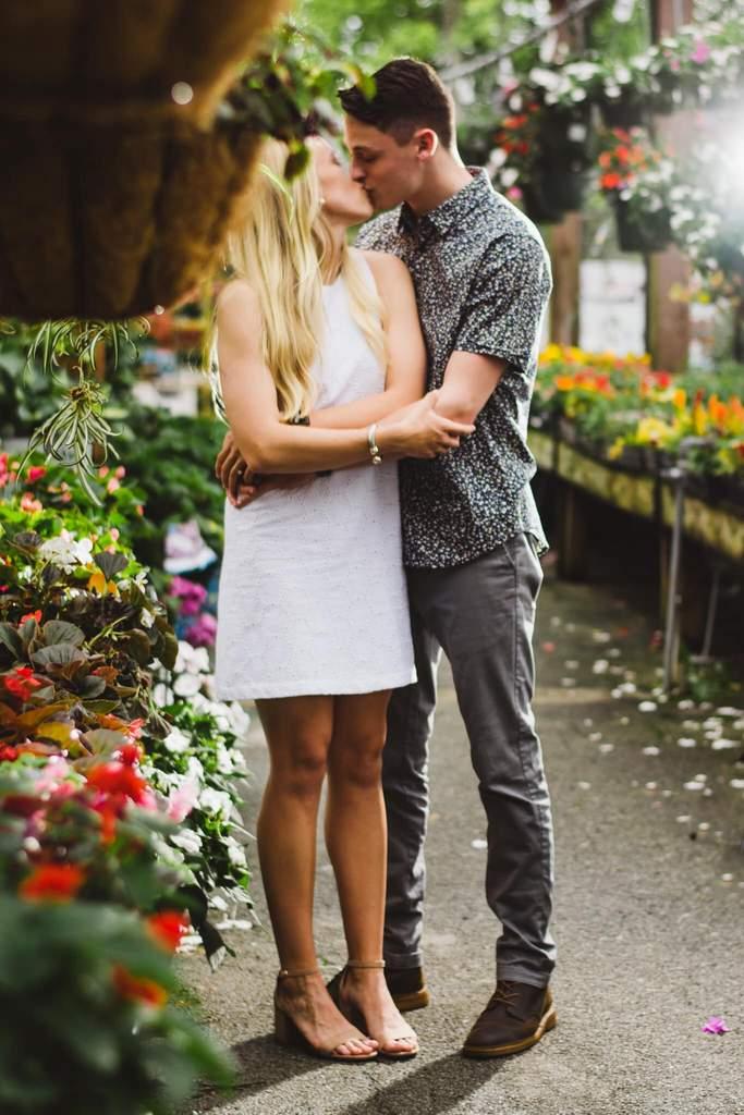 Foto de primavera de pareja besándose en invernadero