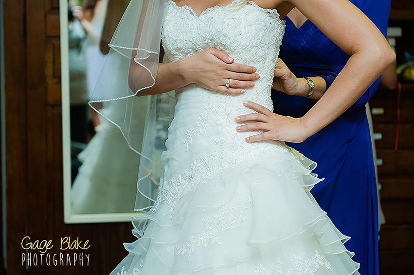 Fotos importantes de la boda: la novia se pone el vestido