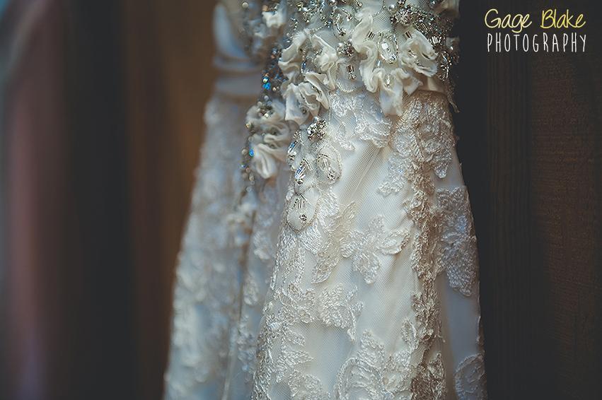 Fotografía de boda - primeros planos sobre el detalle del vestido de novia