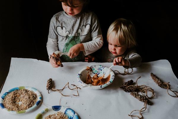 Hacer un comedero para pájaros con niños: un proyecto de fotografía de maternidad