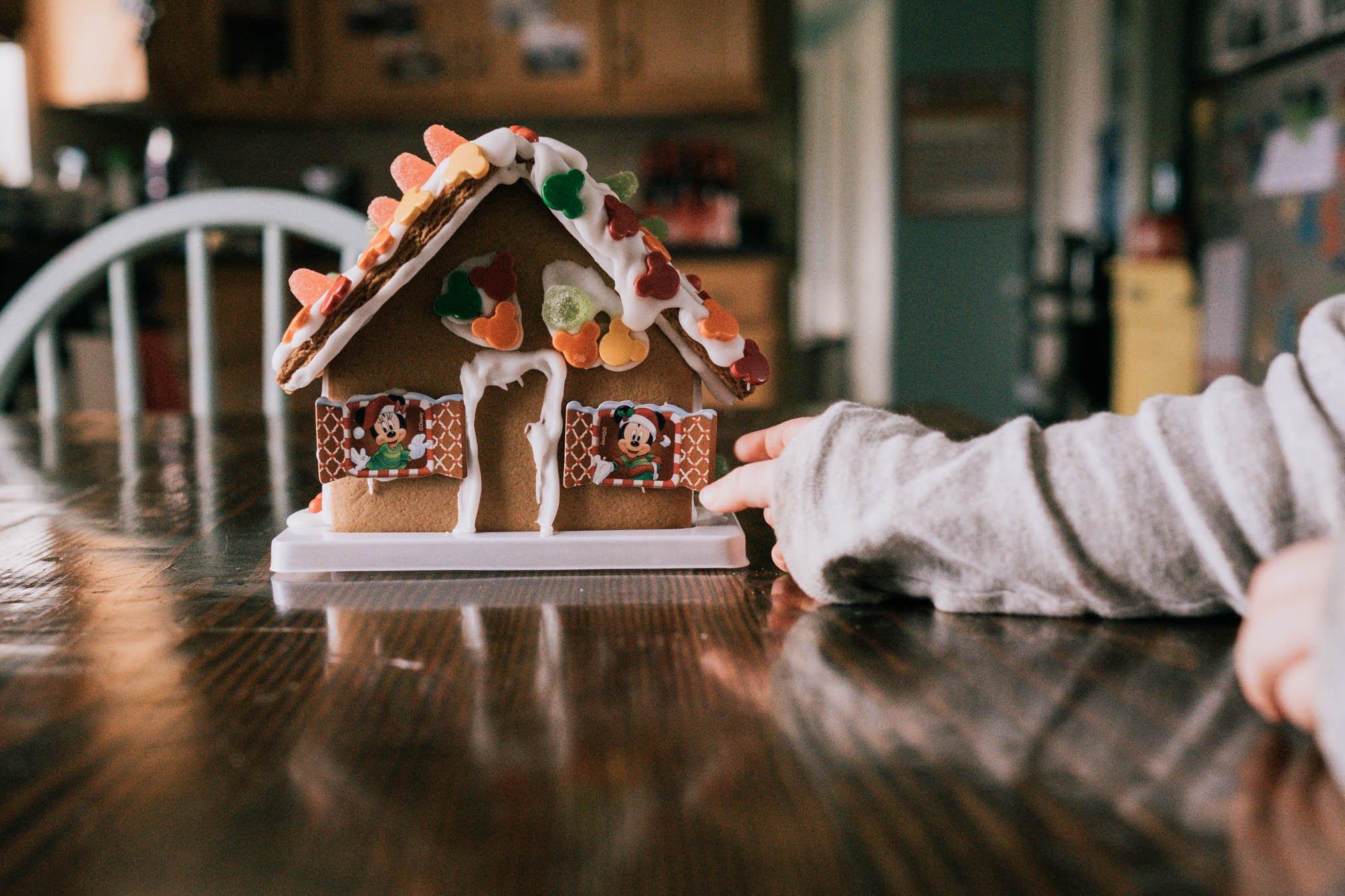 Foto de niño armando una casa de pan de jengibre