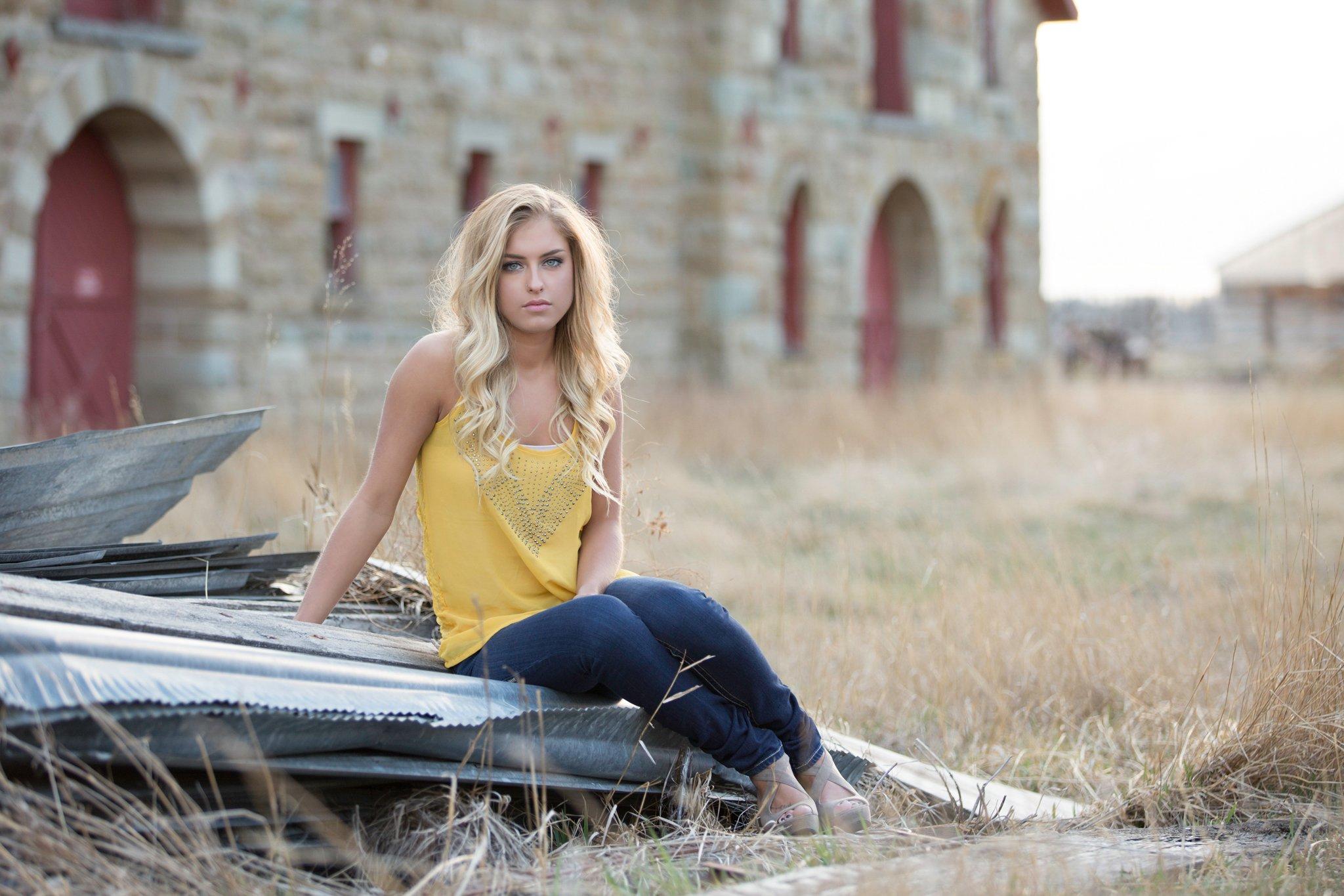 Uso del preajuste automático de balance de blancos en la foto de una mujer rubia con camisa amarilla y jeans
