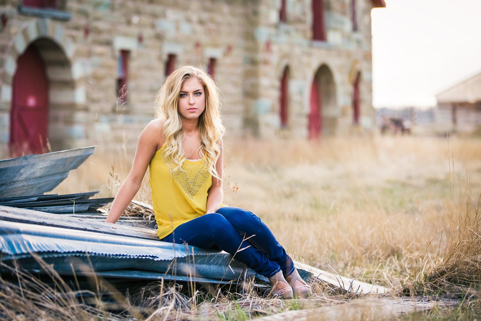 Pretty Presets Preestablecido de reducción de ruido agregado a la foto de una mujer rubia con camisa amarilla y jeans