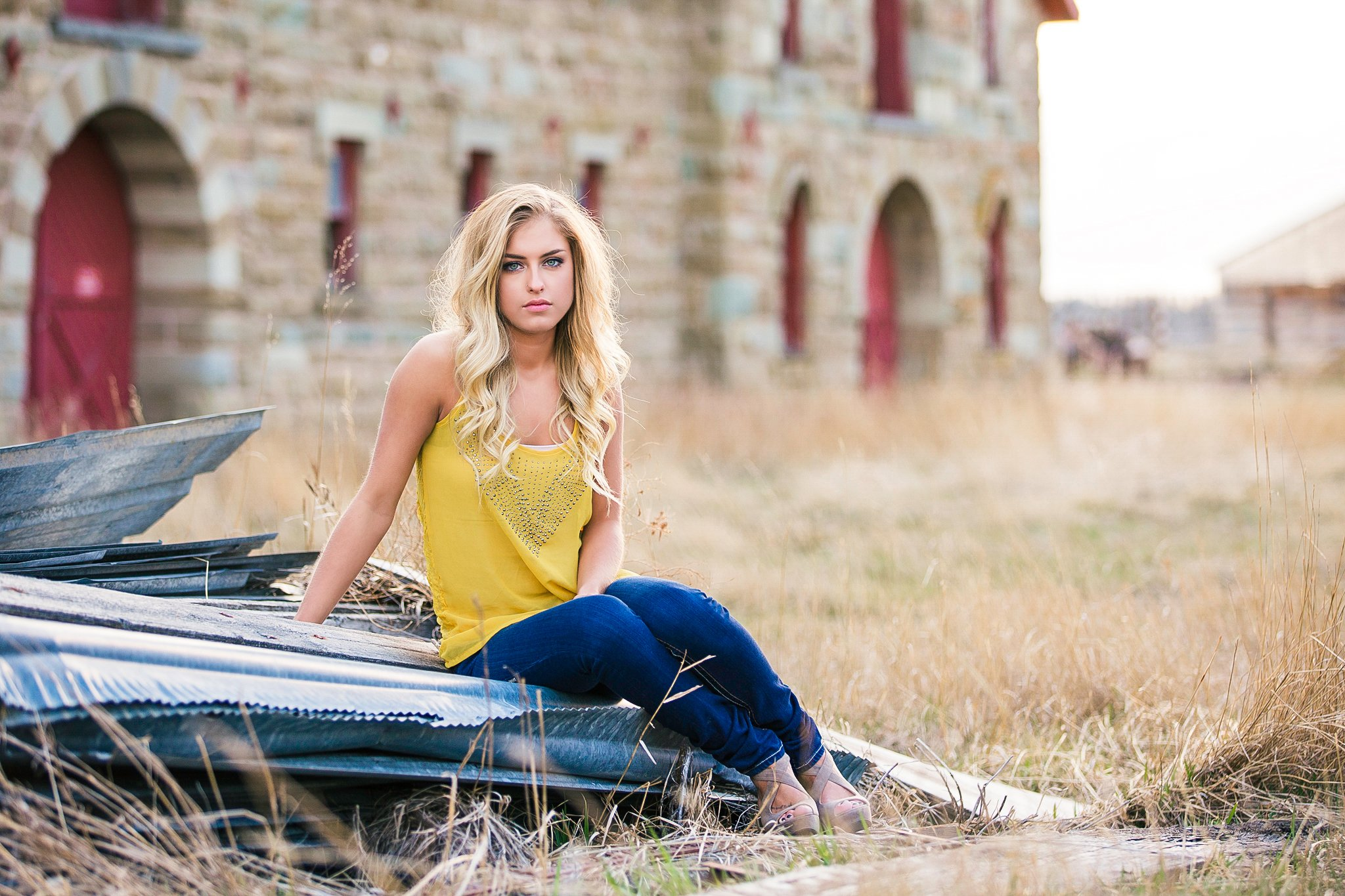 Pretty Presets Mixer Fave 5 Preset agregado a la foto de una mujer rubia con camisa amarilla y jeans