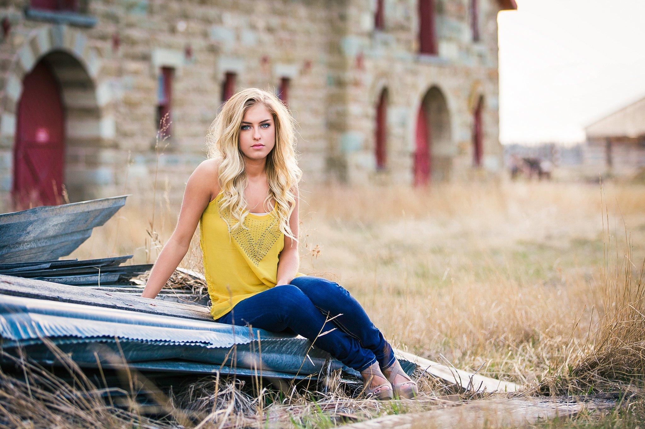Pretty Presets Soft Vignette Preset agregado a la foto de una mujer rubia con camisa amarilla y jeans