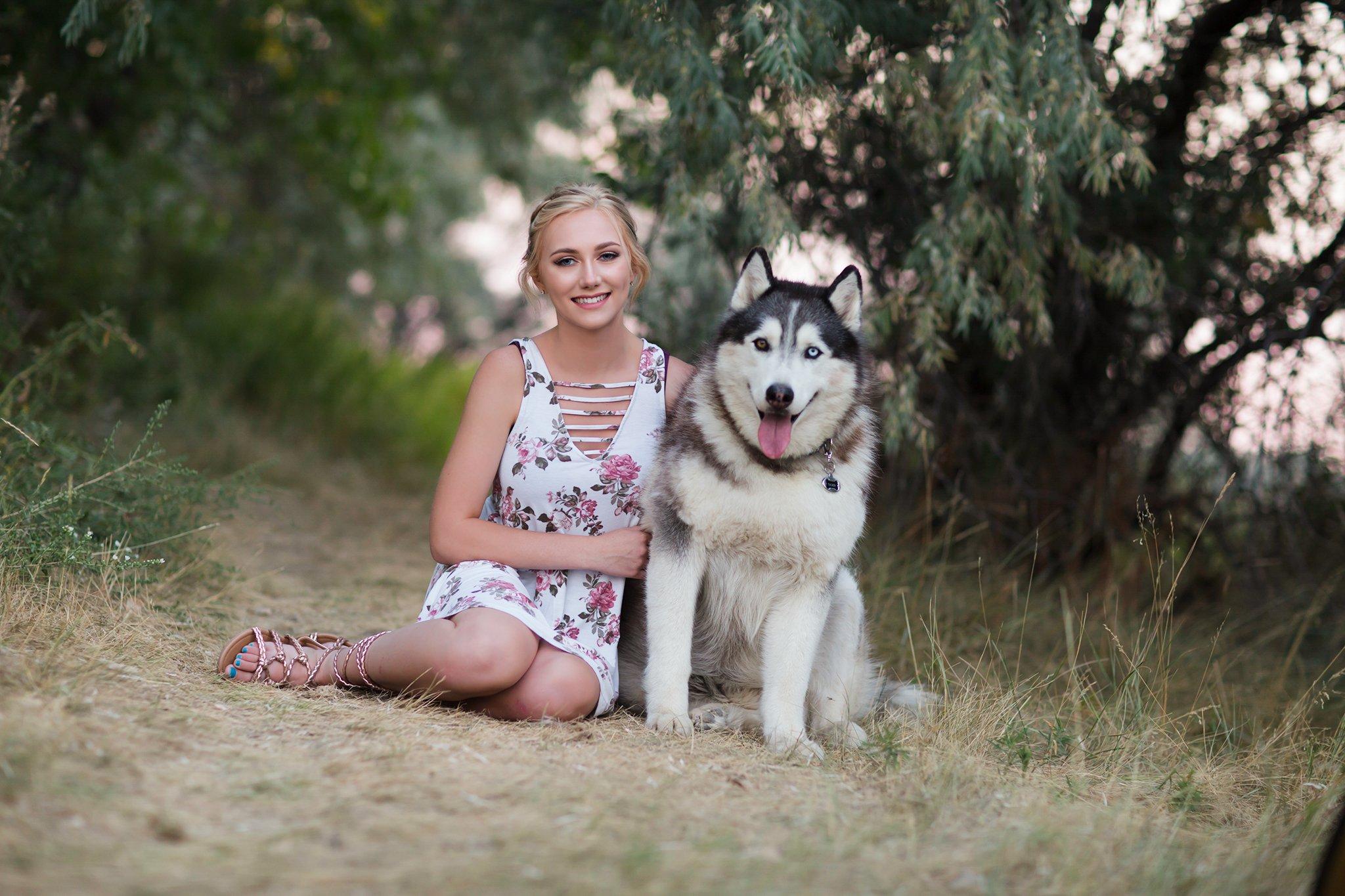 Pretty Presets S Curve Preset agregado a la foto de una niña con vestido de flores sentada junto a un perro huskie
