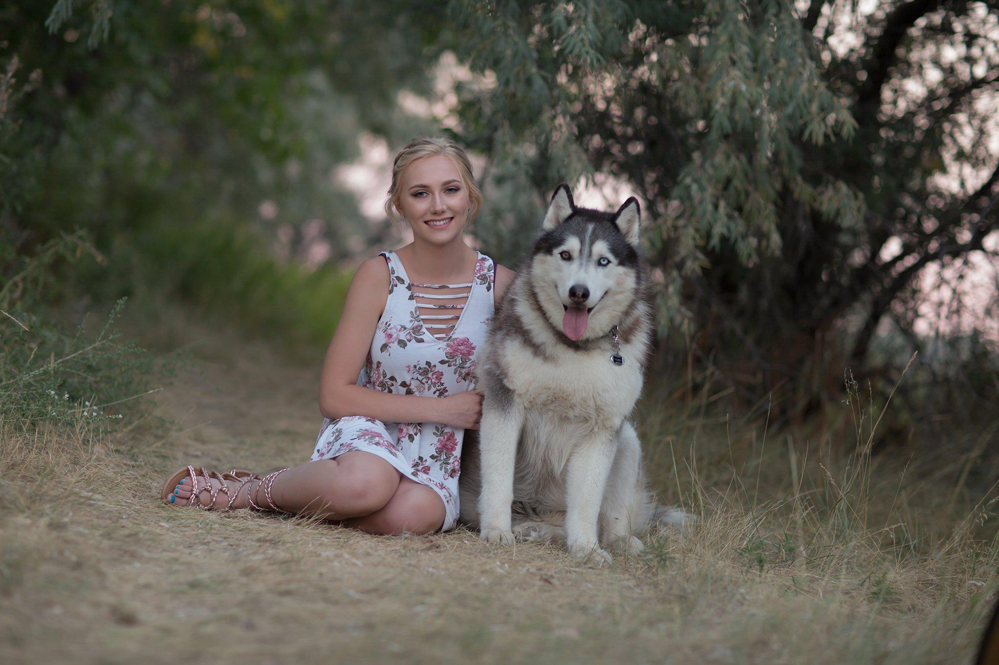 Pretty Presets White Balance Auto Preset agregado a la foto de una niña con vestido de flores sentada junto a un perro huskie