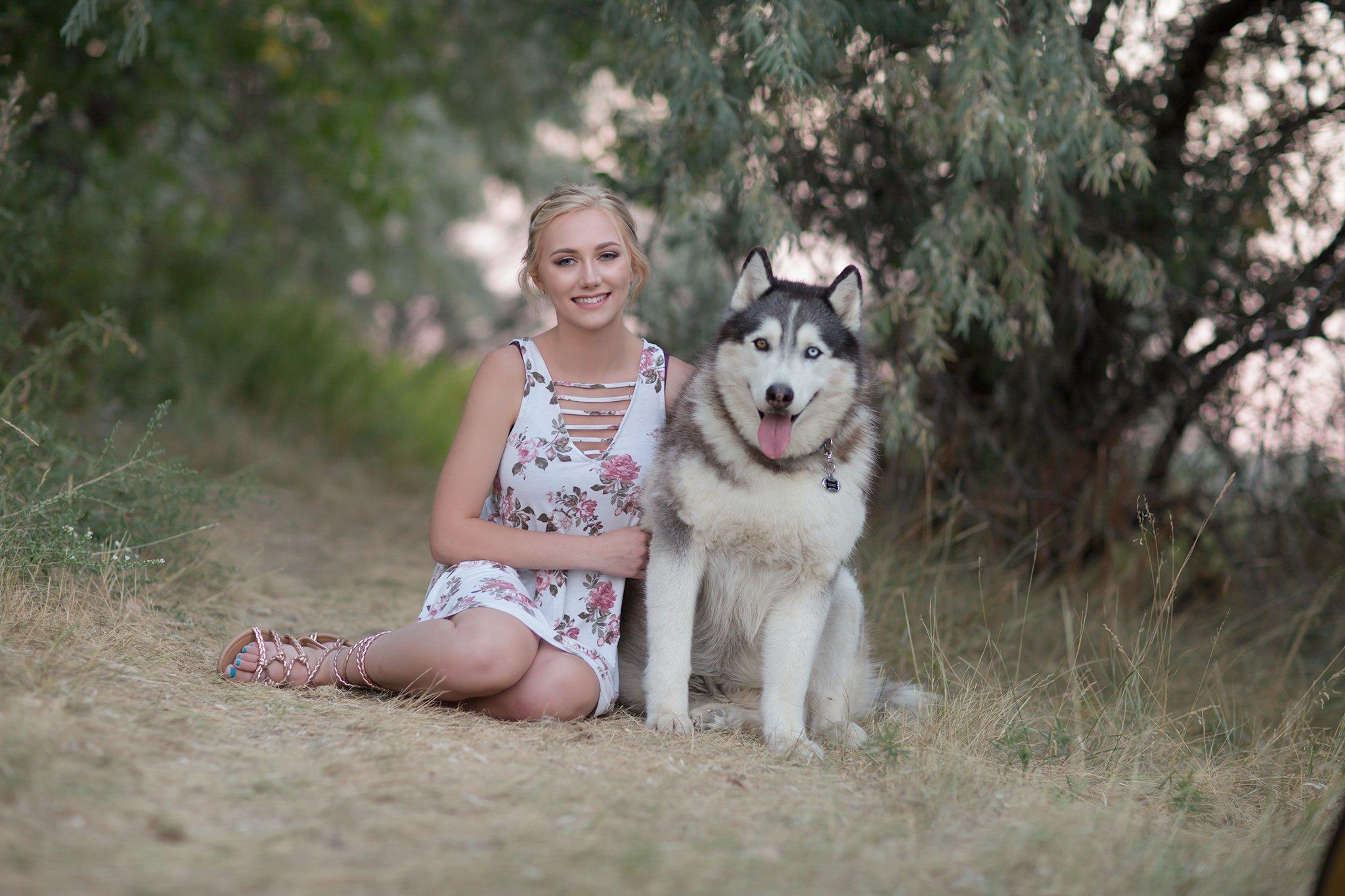Pretty Presets Exposure Preset agregado a la foto de una niña con vestido de flores sentada junto a un perro huskie
