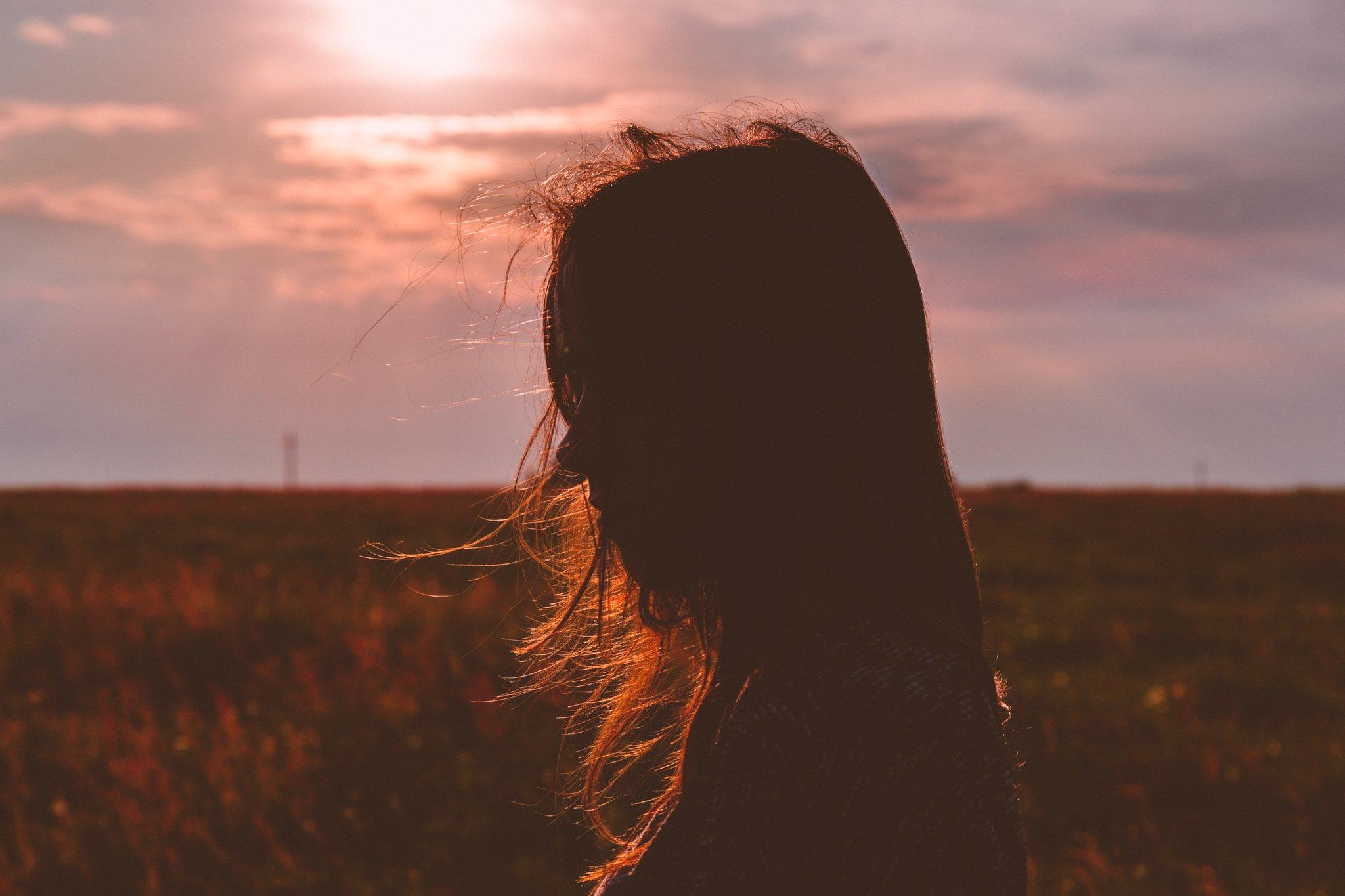 silueta de una mujer en un hermoso campo campestre