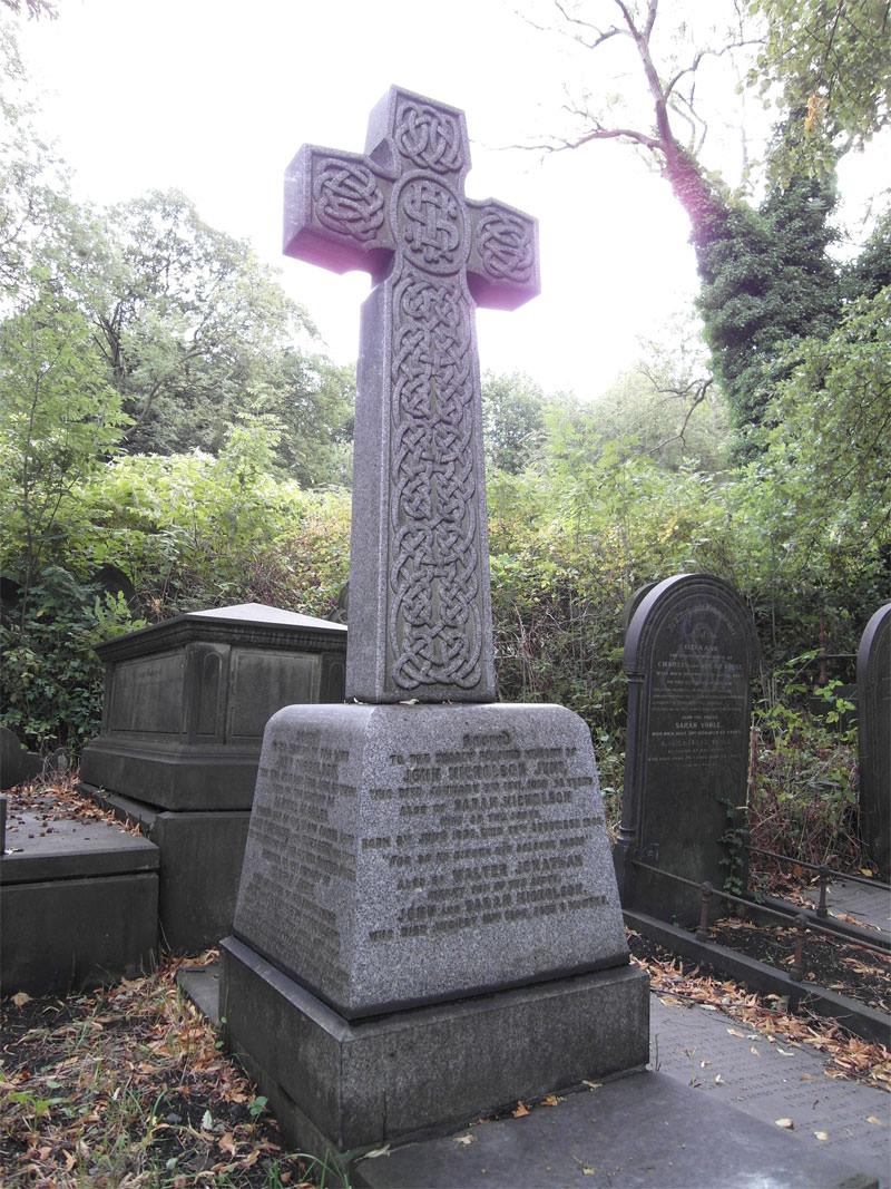 Aberración cromática: se pueden ver franjas moradas alrededor de la parte superior de la lápida.